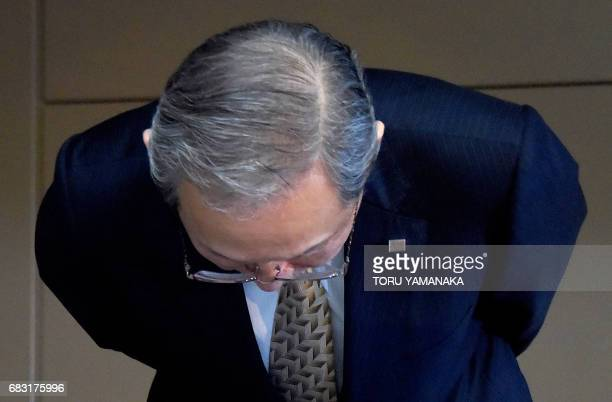 Satoshi Tsunakawa president of Toshiba bows at the end of a press conference at the headquarters in Tokyo on May 15 2017 Troubled conglomerate...