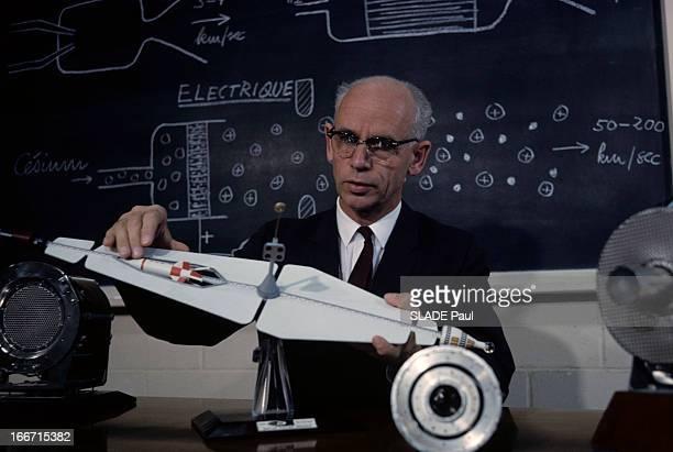 Saturn Space Project Aux EtatsUnis en 1963 le professeur Ernst STUHLINGER tenant la maquette de la fusée Saturne V devant un tableau noir où est...
