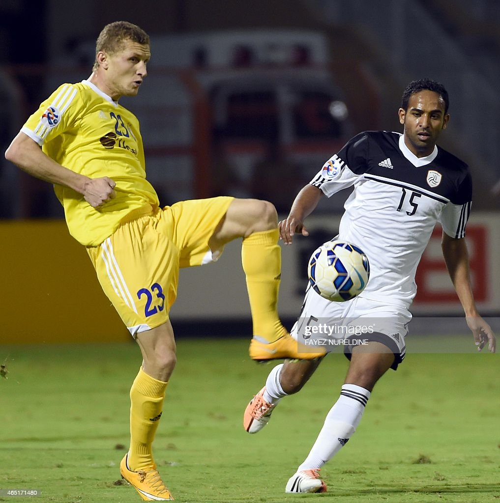 Saudi Al-Shabab player Abdoh Autef (R) vies for the ball with Aleksander Merzlyakov of Uzbekistan's Pakhtakor during their AFC Champions League group B football match at the Prince Faisal bin Fahad stadium in Riyadh on March 3, 2015.