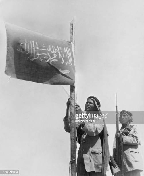 Saudi Arabia Arab soldiers with national flag O Marck / Mauritius Vintage property of Ullstein Bild
