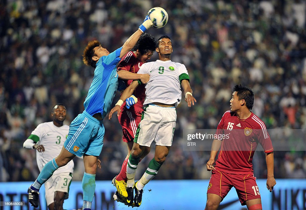 Saudi Arabia's player Nayef Hazazi (C) fights to score a goal against Chinese goalkeeper Zeng Cheng (2-L) during the 2014 World Cup Asian zone qualifying football match between Saudi Arabia and China in Dammam on February 7, 2013. STR