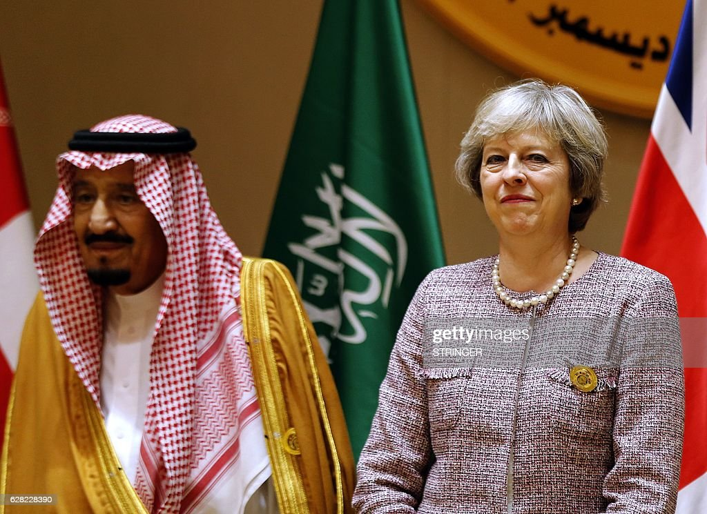 Saudi King Salman (L) and British Prime Minister Theresa May attend a Gulf Cooperation Council (GCC) summit on December 7, 2016, in the Bahraini capital Manama. / AFP / STRINGER
