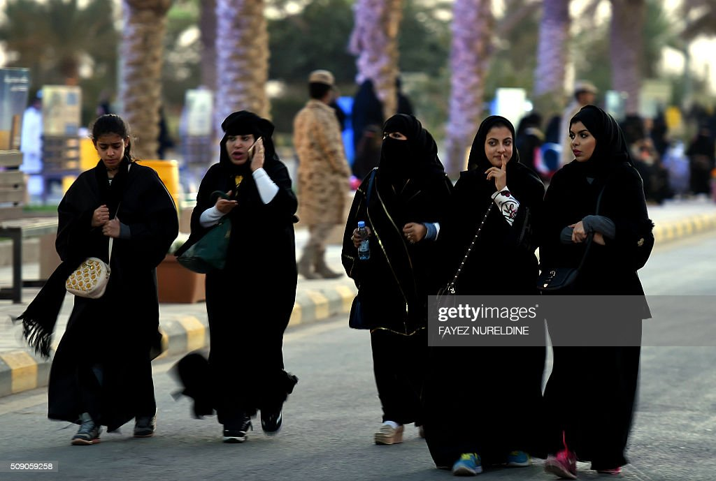 Saudi women arrive to attend the Janadriyah festival of Heritage and Culture held in the Saudi village of Al-Thamama, 50 kilometres north of the capital Riyadh, on February 8, 2016. / AFP / FAYEZ NURELDINE