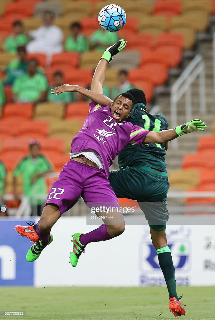 Saudi's Al-Ahli Mohanad Aseri (R) tires to score as Qatar's El-Jaish goalkeeper Saoud Mubarak defends during their AFC Champions League group D football match at the King Abdullah Spots City in Jeddah on May 3, 2016. / AFP / STRINGER