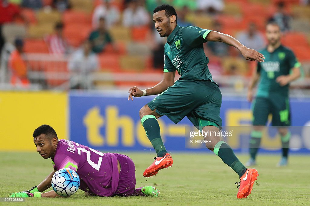 Saudi's Al-Ahli player Mohanad Asiri (R) fights for the ball as Qatar's El-Jaish goalkeeper Saoud Mubarak defends during their AFC Champions League group D football match at the King Abdullah Spots City in Jeddah on May 3, 2016. Al-Ahli won the match 2-0. / AFP / STRINGER