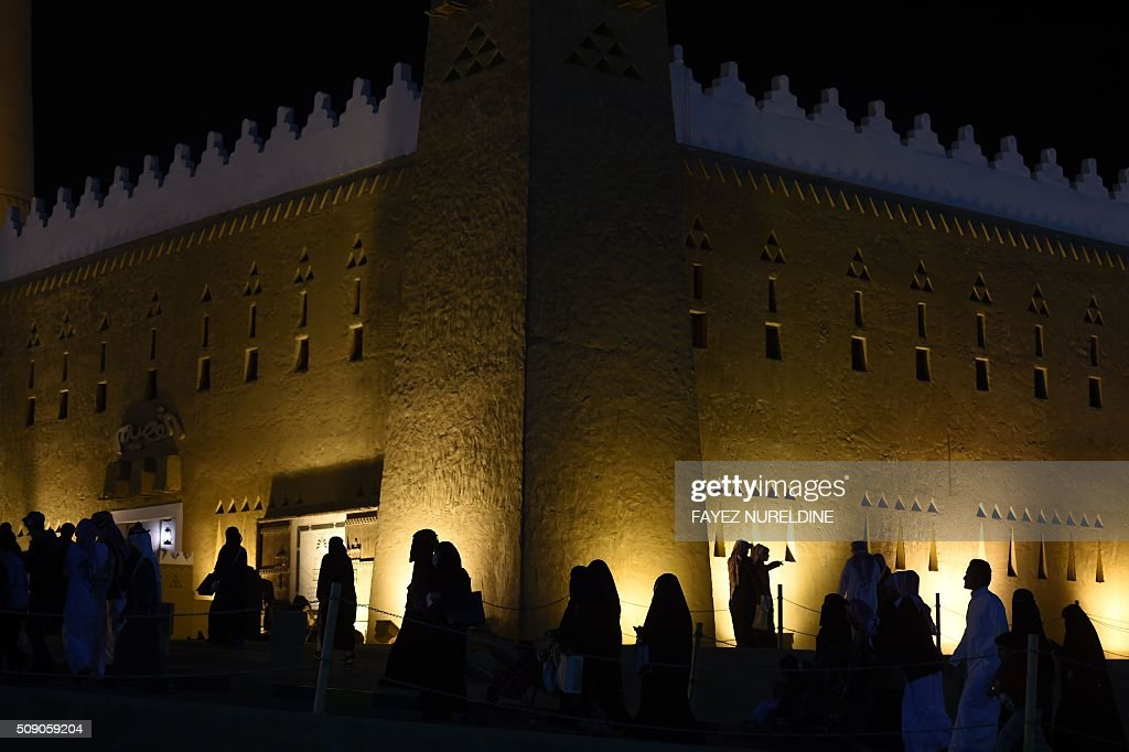 Saudis attend the Janadriyah festival of Heritage and Culture held in the Saudi village of Al-Thamama, 50 kilometres north of the capital Riyadh, on February 8, 2016. / AFP / FAYEZ NURELDINE