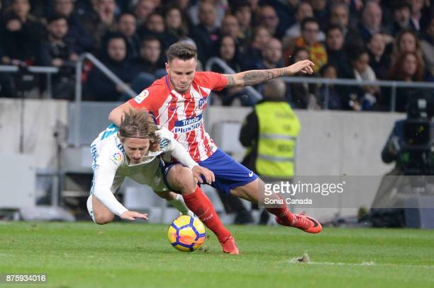 Saul #8 of Atletico de Madrid and Modric #10 of Real Madrid during The La Liga match between Club Atletico Madrid v Real Madrid at Wanda...