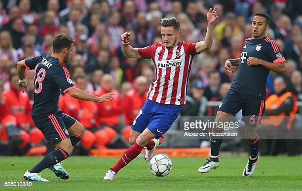 Saul Niguez of Atletico Madrid goes between Juan Bernat and Thiago Alcantara of Bayern Munich during the UEFA Champions League semi final first leg...
