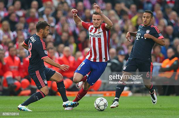 Saul Niguez of Atletico Madrid goes between Juan Bernat and Thiago Alcantara of Bayern Munich during the UEFA Champions League semi final first leg...