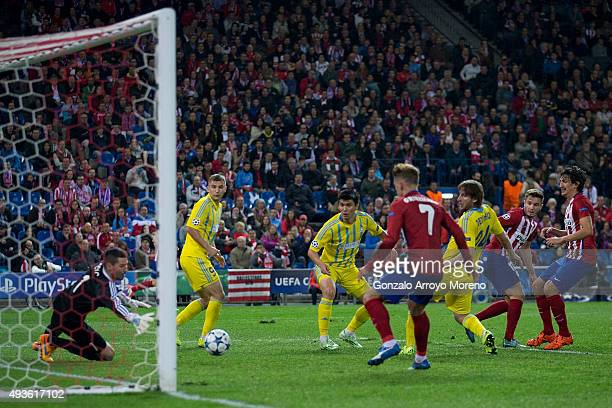 Saul Niguez scores their opening goal during the UEFA Champions League Group C match between Club Atletico de Madrid and FC Astana at Vicente...