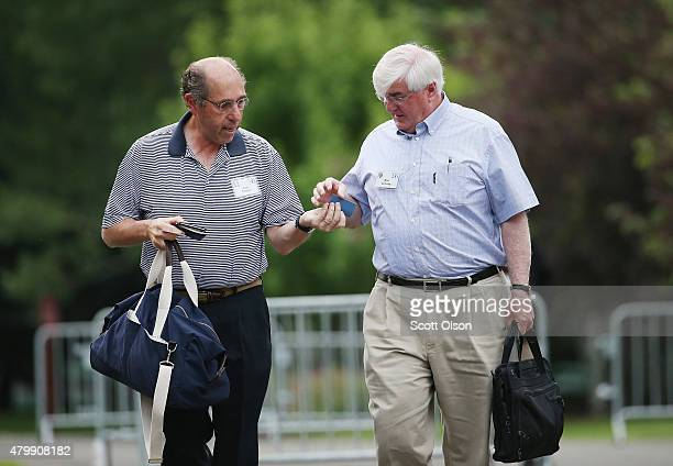 Saul Pannell CFA Partner Senior Vice President and Member of Executive Committee at Hartford Life Insurance Co and Ron Conway exchange business cards...