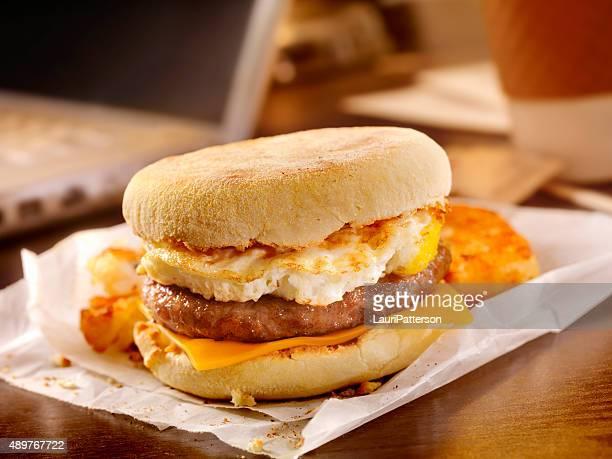ソーセージと卵の朝食サンドイッチで、デスク