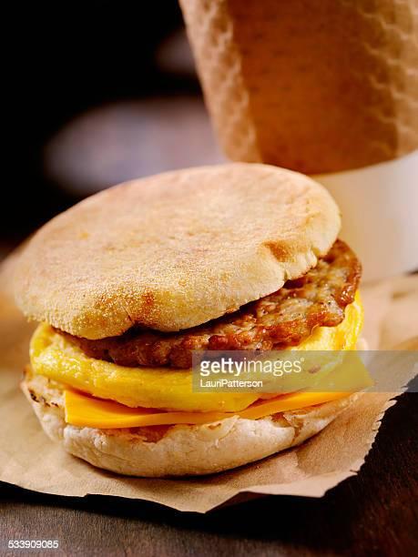 ソーセージと卵の朝食のサンドイッチ