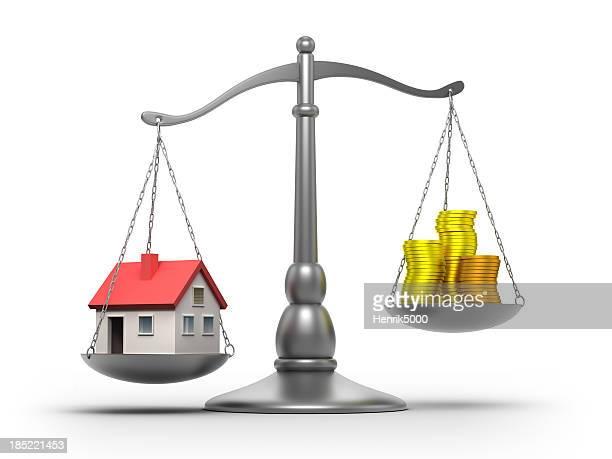 Scale con casa e soldi isolato/clipping path