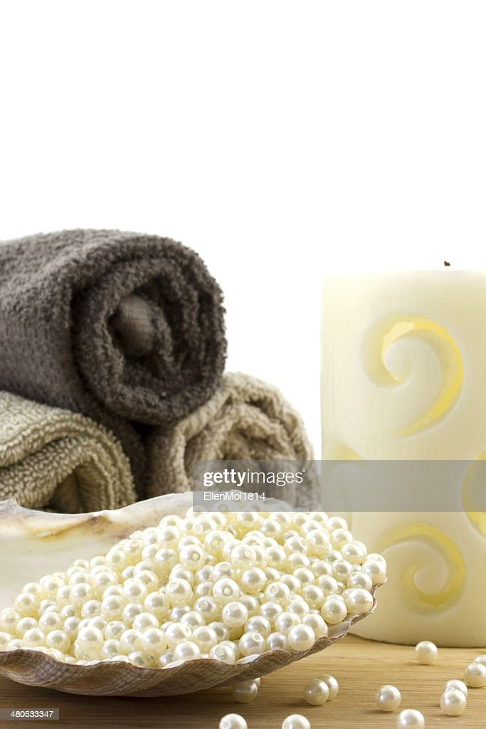 scallop shell filled with pearl beads and towels o background : Stockfoto