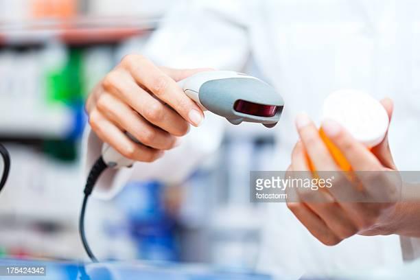 Scansione medicina con il lettore di codici a barre in farmacia