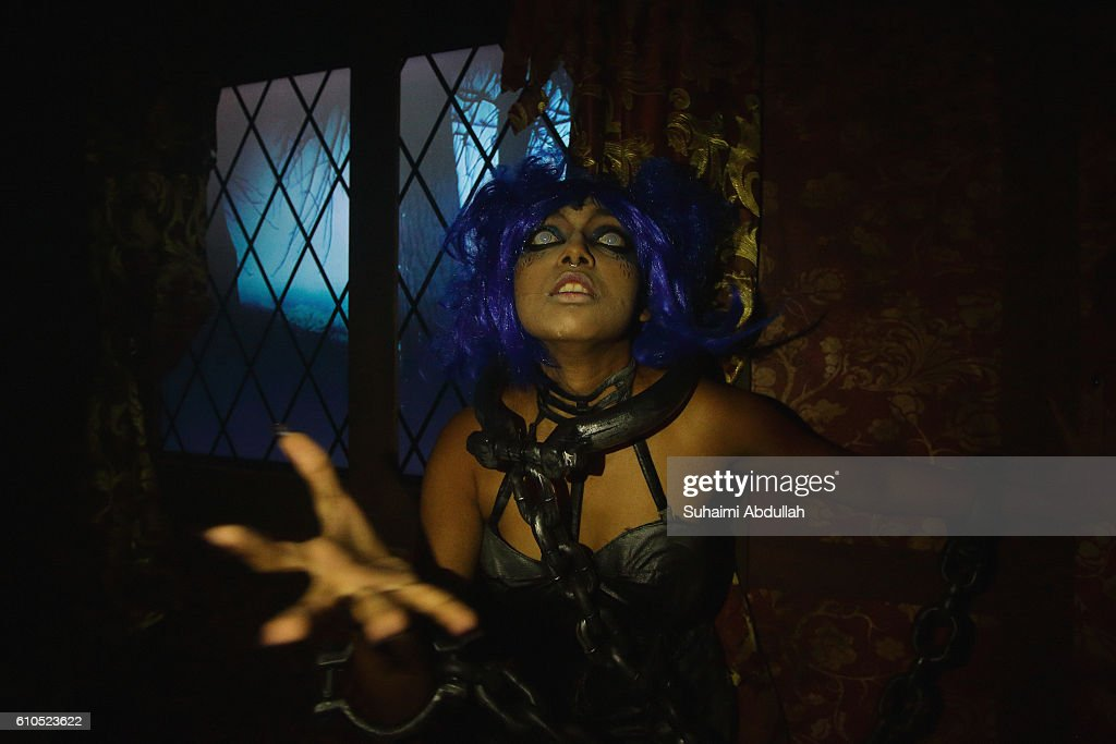 scare actress performs in the salem witch house during the halloween horror nights 6 media preview - Halloween Horror Night Theme