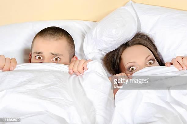 Peur couple avec les yeux grand ouverts
