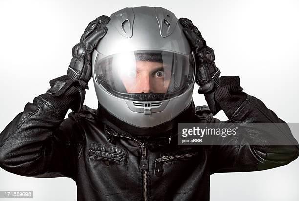 Ängstliche Motorrad Fahrer mit Helm