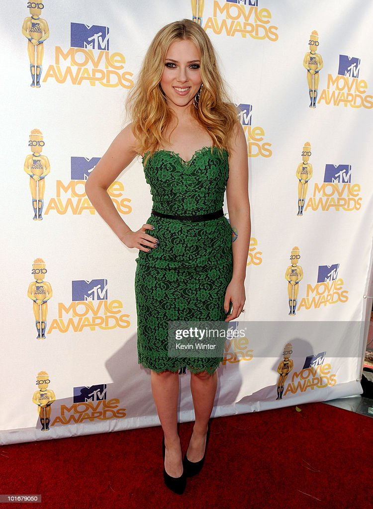 Scarlett Johansson arrives at the 2010 MTV Movie Awards held at the Gibson Amphitheatre at Universal Studios on June 6, 2010 in Universal City, California.