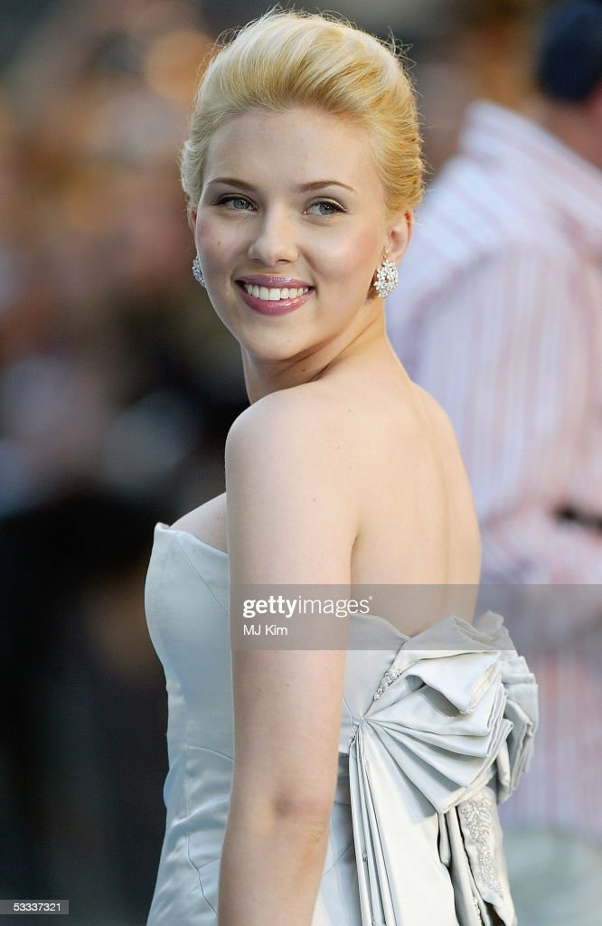 Scarlett Johansson arrives at the UK Premiere of 'The Island' at the Odeon Leicester Square on August 7, 2005 in London, England.