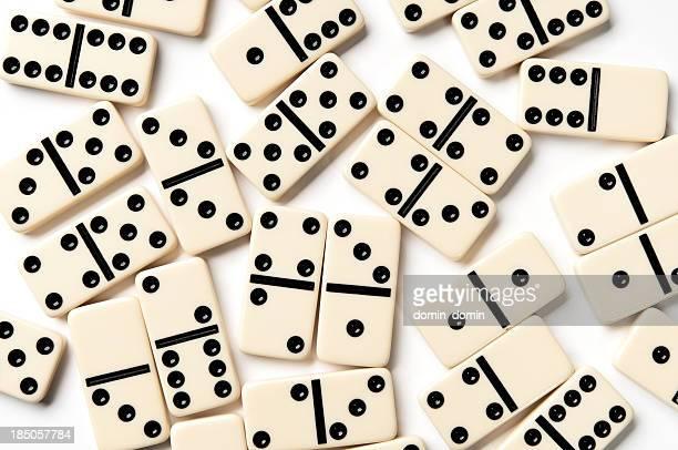 Verstreut Elfenbein domino Stücke, isoliert auf weißem Hintergrund