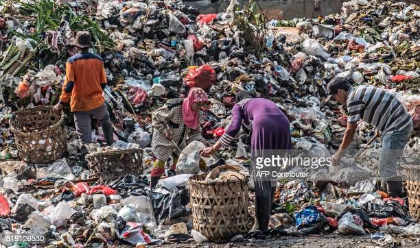 TOPSHOT Scavengers collect valuable items to resale at a garbage dump in Jakarta on July 20 2017 / AFP PHOTO / BAY ISMOYO