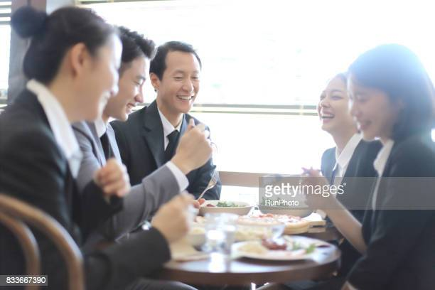 Scenes where company employees are talking about while eating