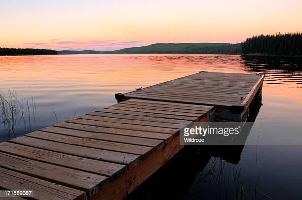 Malerischen See und Anlegestelle bei Sonnenuntergang