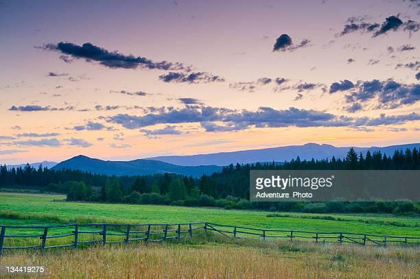 Reizvollen ländlichen Idylle bei Sonnenaufgang