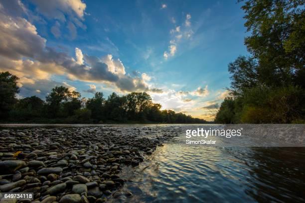 Schilderachtig uitzicht op de rivier Mura temidden van bos