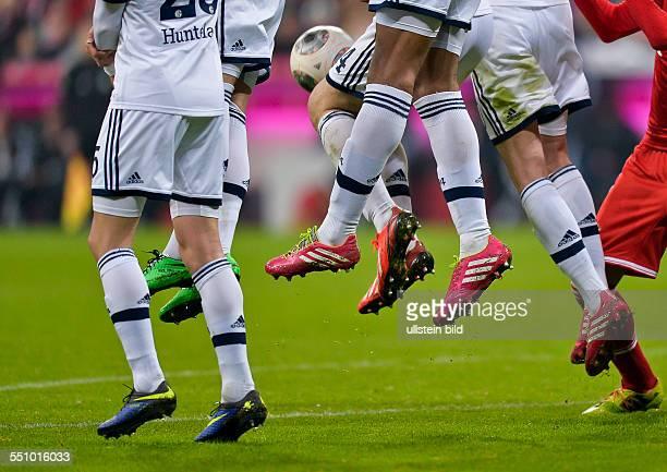 Schalke Spieler springen beim Freistoss hoch waehrend dem Fussball Bundesliga Spiel FC Bayern Muenchen gegen Schalke 04 am 23 Spieltag der Saison...