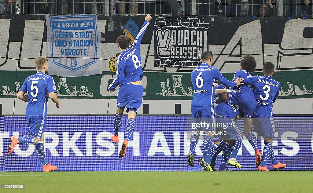 Schalke's French-Moroccan midfielder Younes Belhanda (2nd L) celebrates scoring during the German first division Bundesliga football match of FSV Mainz 05 v Schalke 04 in Mainz, western Germany, on February 12, 2016. / AFP / DANIEL ROLAND /