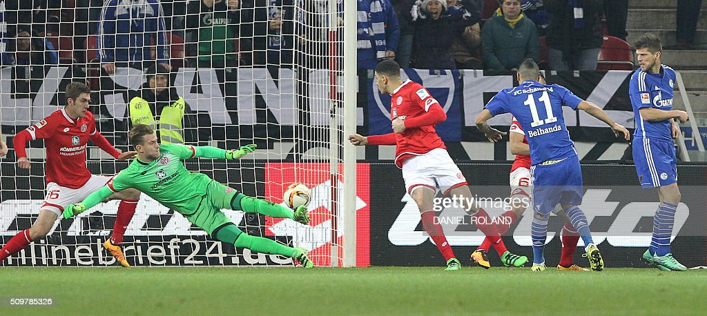 Schalke's French-Moroccan midfielder Younes Belhanda (2nd R) scores during the German first division Bundesliga football match of FSV Mainz 05 v Schalke 04 in Mainz, western Germany, on February 12, 2016. / AFP / DANIEL ROLAND /