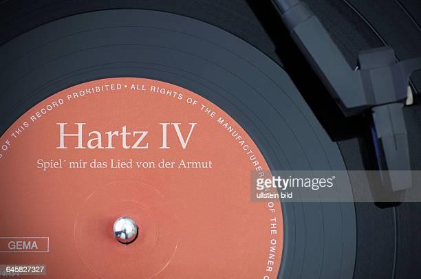 Schallplatte mit der Aufschrift Hartz IV Spiel mir das Lied von der Armut