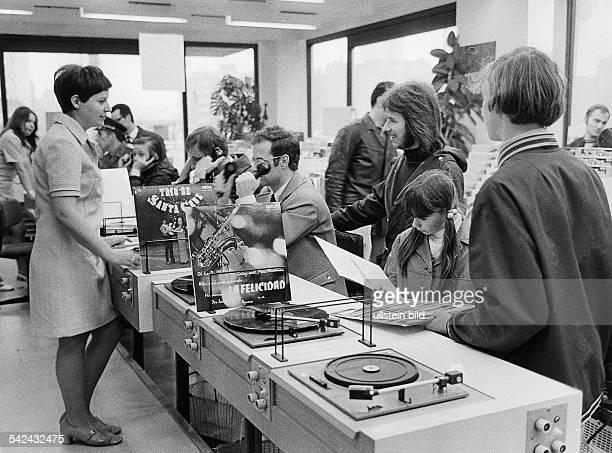 Schallplattengeschäft in Ostberlin Kunden an der Plattenbar 1972