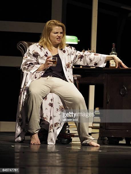 Schauspieler Annette Frier als Barbara Fordham am bei der Fotoprobe zum Theaterstueck EINE FAMILIE August Osage County im Berliner Theater am...