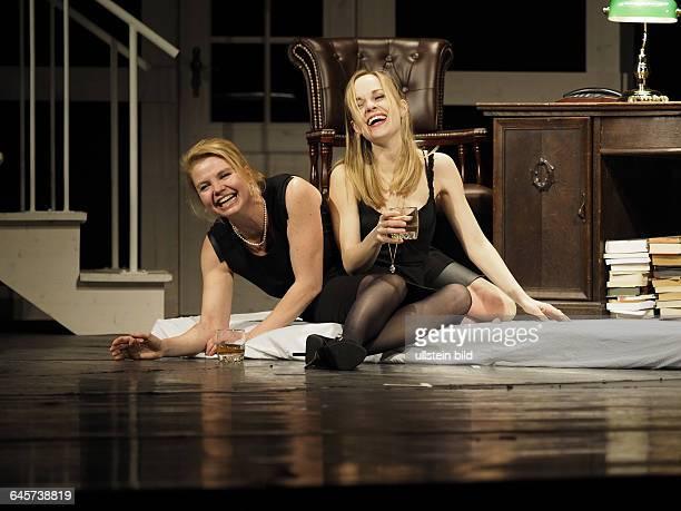 Schauspieler Annette Frier als Barbara Fordham Friederike Kempter als Karen Weston am bei der Fotoprobe zum Theaterstueck EINE FAMILIE August Osage...
