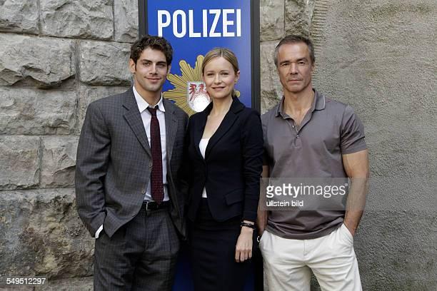 Schauspieler Hannes Jaenicke Stefanie Stappenbeck und Roy Peter LInk bei einem Fototermin am Set des Sat1 Gerichtsthrillers 'IM ALLEINGANG' in Berlin