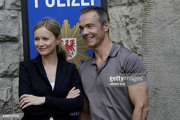 Schauspieler Hannes Jaenicke und Stefanie Stappenbeck bei einem Fototermin am Set des Sat1 Gerichtsthrillers 'IM ALLEINGANG' in Berlin