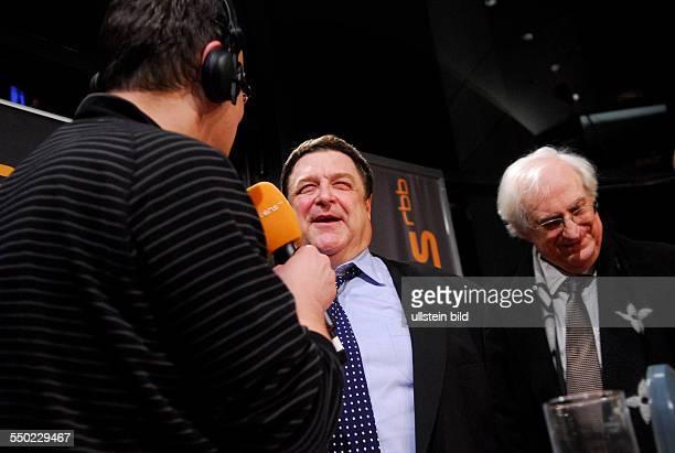 Schauspieler John Goodman und Regisseur Bertrand Tavernier im Interview mit Moderator Knut Elstermann anlässlich des RadioEins Nighttalk am Rande der...