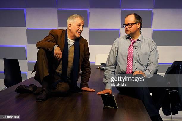 Schauspieler Markus Majowski als Filialleiter einer Bank und Ilja Richter als Anton Herberg am 040315 bei der Fotoprobe zum Theaterstueck DER KREDIT...