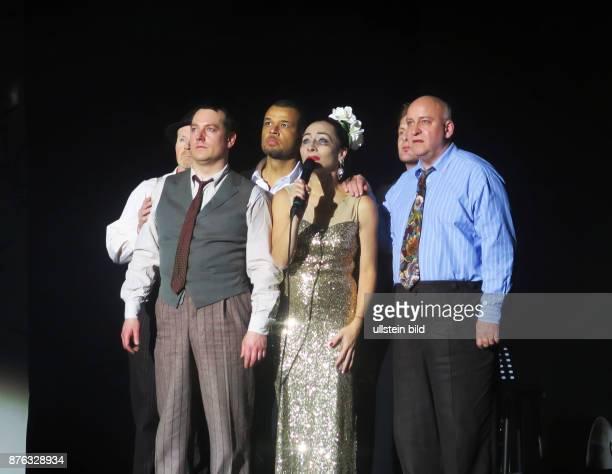 Schauspieler Nikolaus Okonkwo 3vl Schauspielerin Sona MacDonald als Billie Holiday und Band aufgenommen bei der Premiere vom Theaterstück 'Blue Moon'...