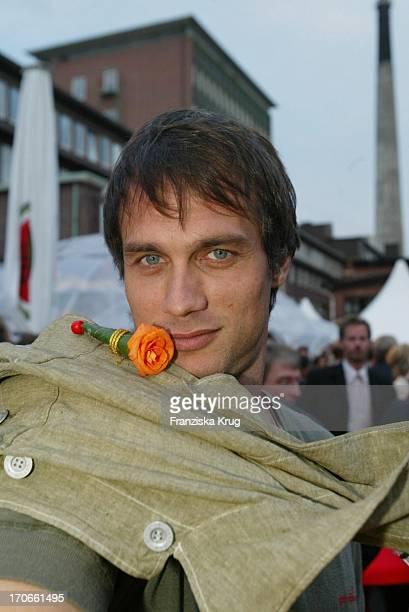 Schauspieler Ralf Bauer Mit Fleurop Blume Beim 'Zdf Hansetreff' In Der Hovestrasse Im Industriegebiet In Hamburg