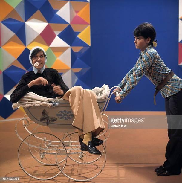 Schauspieler Regisseur D mit Suzanne Doucet bei der Moderation der Fernsehsendung '4321 HOT AND SWEET' 1969