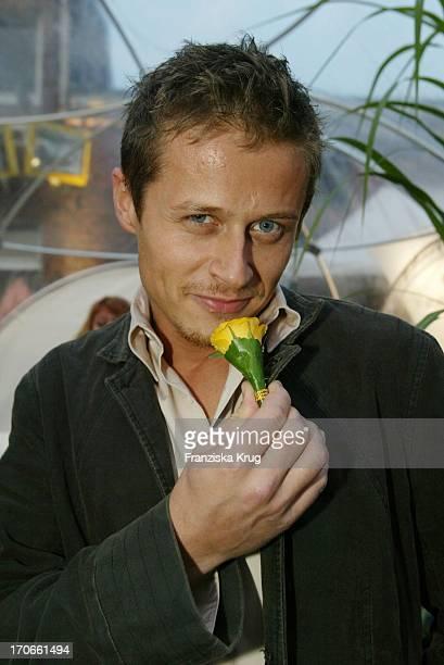 Schauspieler Roman Knizka Mit Fleurop Blume Beim 'Zdf Hansetreff' In Der Hovestrasse Im Industriegebiet In Hamburg