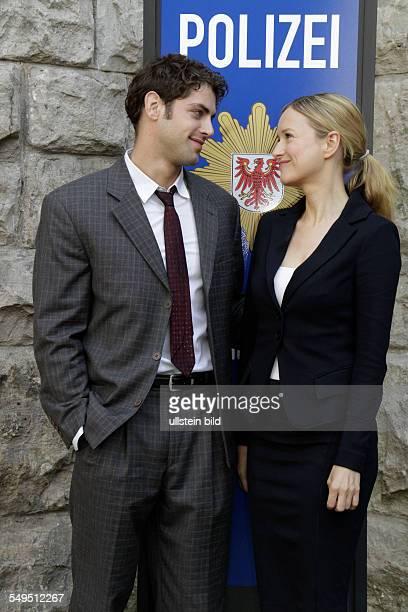 Schauspieler Roy Peter Link und Stefanie Stappenbeck bei einem Fototermin am Set des Sat1 Gerichtsthrillers 'IM ALLEINGANG' in Berlin