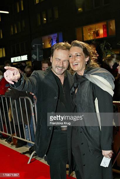 Schauspieler Till Demtröder Mit Ehefrau Julia Bei Der Deutschlandpremiere 'Open Range' Im 'Streits' In Hamburg Am 230104