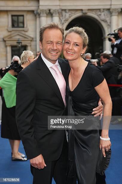 Schauspieler Till Demtröder Mit Ehefrau Julia Bei Der Verleihung Der 'Goldenen Feder' In Der Handelskammer In Hamburg Am 230508