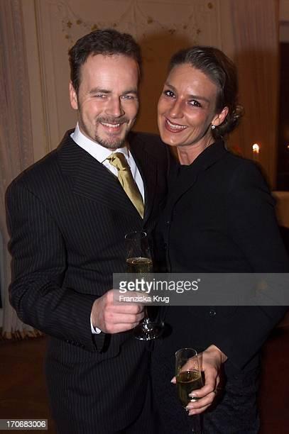 Schauspieler Till Demtröder Seine Ehefrau Jeanne Julia Bei Der Eröffnung Der'Jacobs Bar' Im Hotel Louis C Jacob In Hamburg